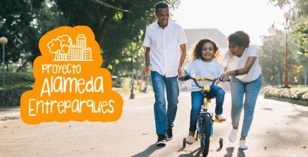 Padres le enseñan a su hija montar bicicleta. Mensaje: Proyecto Entreparques