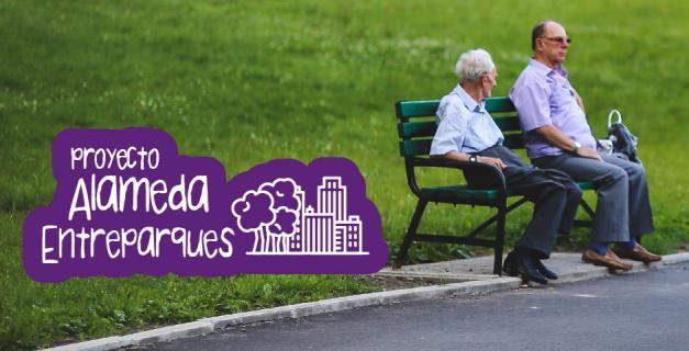 Dos adultos mayores sentados en silla de un parque. Mensaje: Proyecto Entreparques